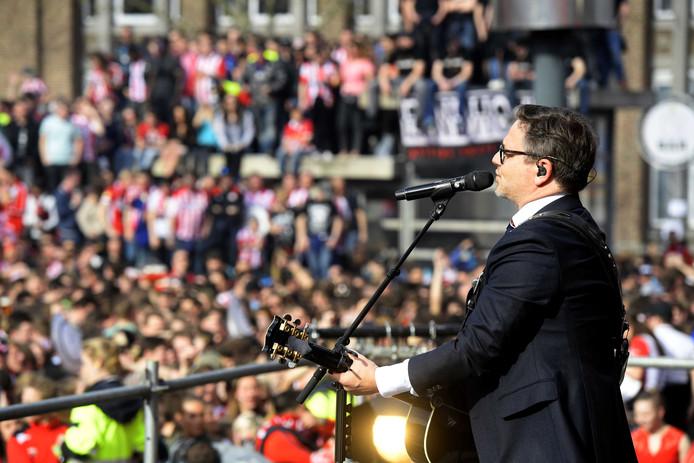 Optreden van Guus Meeuwis tijdens huldiging van PSV.