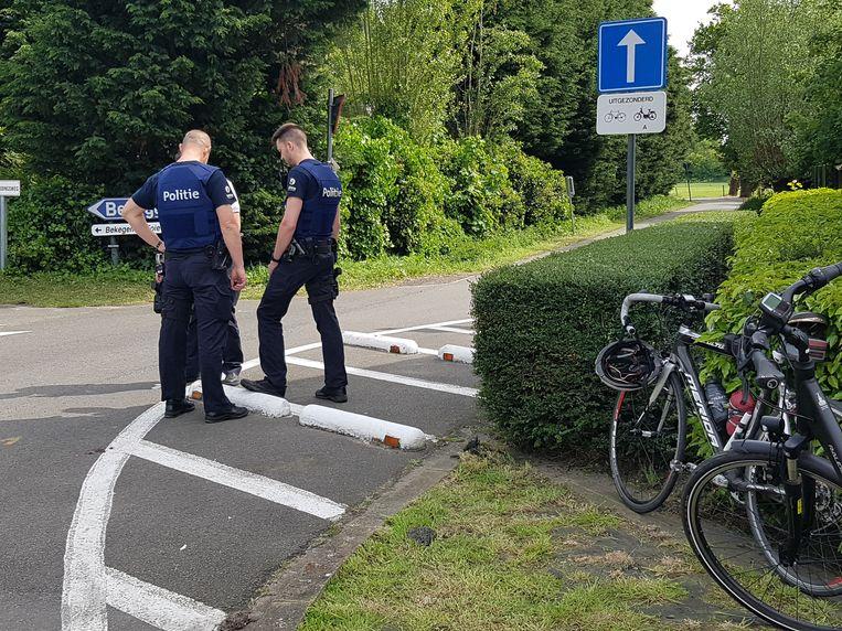 De politie inspecteert de verkeersremmers die de val de 83-jarige wielertoerist veroorzaakten.