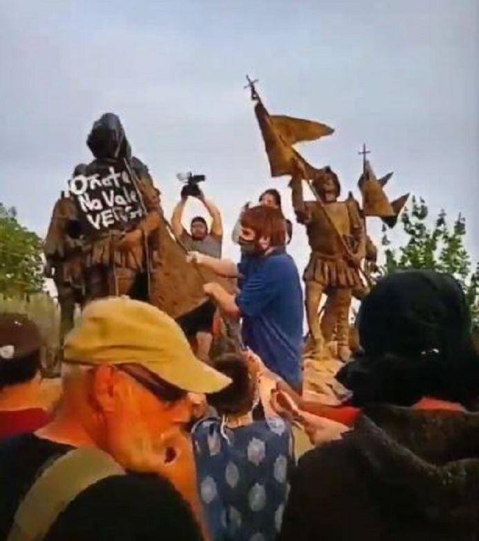 Het protest bij het standbeeld van de Spaanse militair en veroveraar Juan de Oñate.