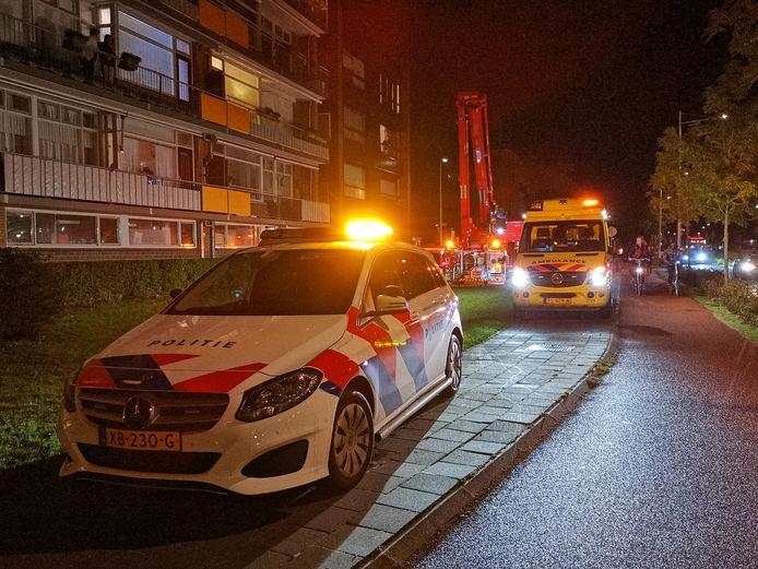 De brandweer haalde een gewond persoon uit een flat aan de Rooseveltweg in Wageningen.