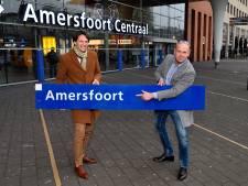 Amersfoortfan en spoorliefhebber Nico koopt stationsbord voor 1050 euro