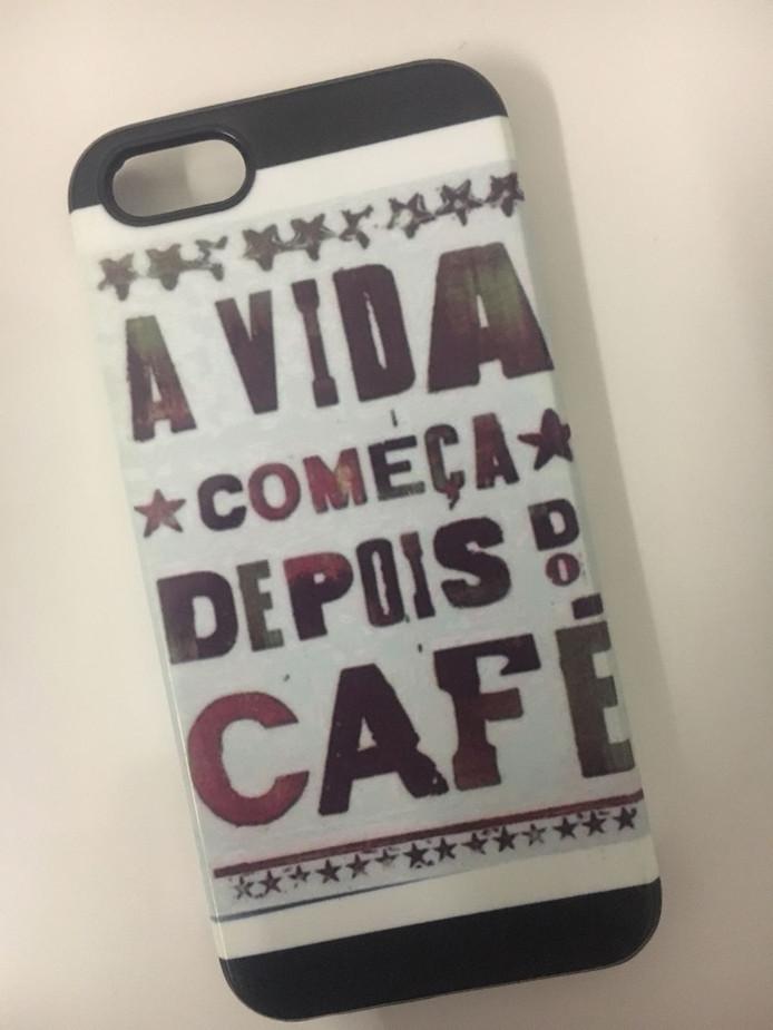 ,,Deze vond ik vandaag in een la op zolder ... Mijn telefoonhoesje van wijlen iPhone 5 .... Dat betekent: het leven begint pas na de koffie.'' 😢