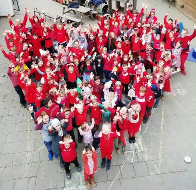 Leerkrachten en leerlingen van Groene Poortje waren in het rood gekleed, om de leerkrachten van alle scholen een warm hart toe te dragen.