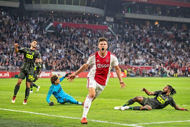 Klaas-Jan Huntelaar heeft Ajax tegen Standard Luik op het goede spoor gezet met het eerste doelpunt na een half uur. Beeld Guus Dubbelman / de Volkskrant