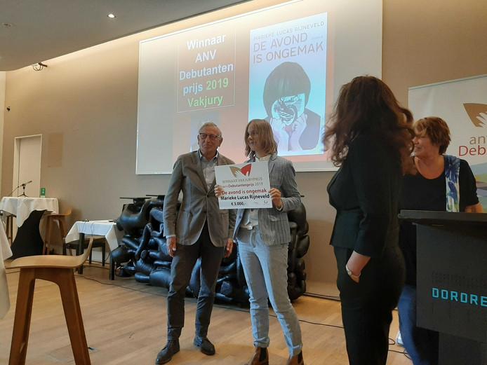 Marieke Lucas Rijneveld ontvangt de cheque van 3000 euro.