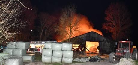 20 schapen overleden bij grote uitslaande brand met explosies in Poortvliet