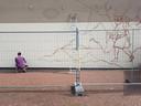 Nas is bezig met de eerste schetsen van zijn mural.