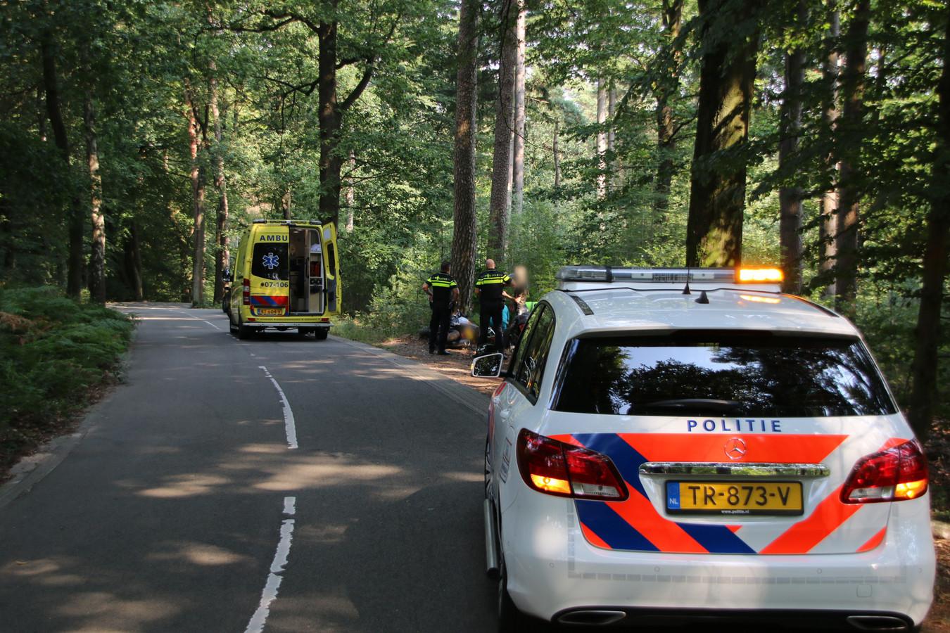 Hulpdiensten ontfermen zich over de motorrijder die ten val kwam op de Posbank.