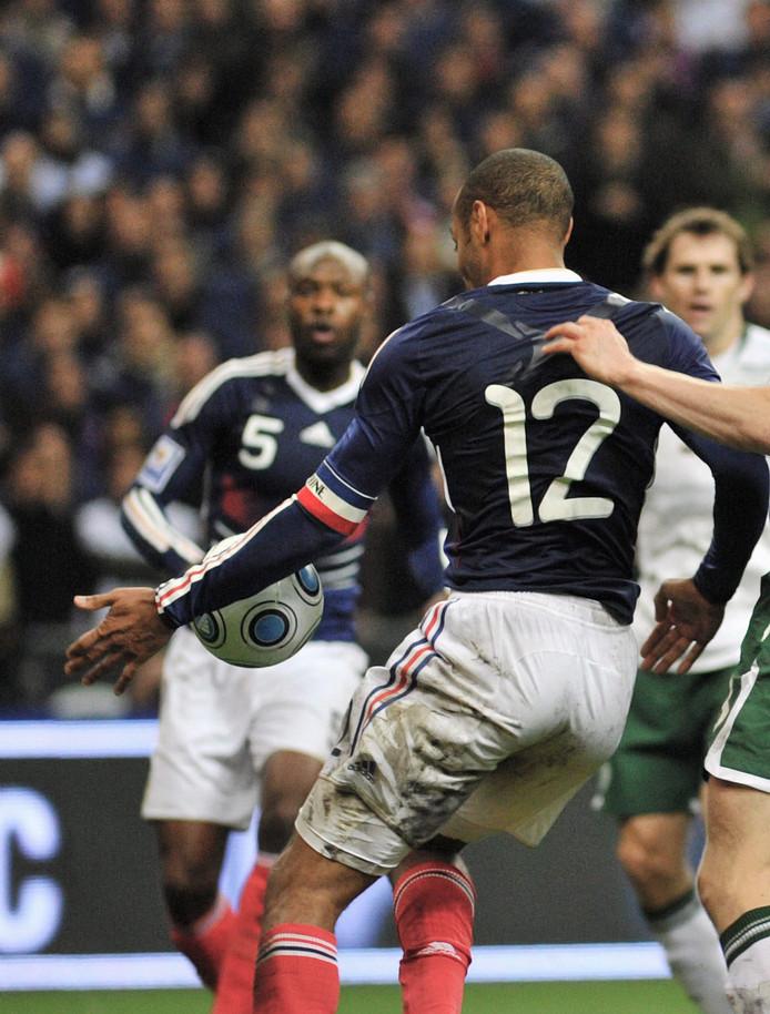 De handsbal van Thierry Henry tegen Ierland in 2009 in beeld.