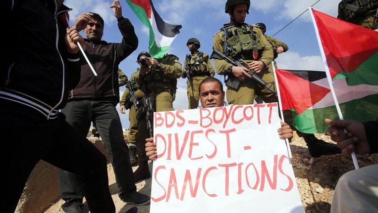 Een demonstrant propageert BDS (Boycott, Divestment and Sanctions) tegen Israël Beeld epa