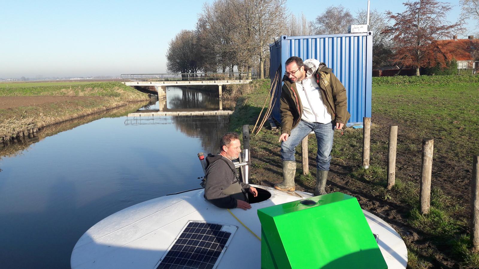 John van Boxel (boven) en zijn collega Dirk van  Oord bij de vislift langs de Midgraaf.