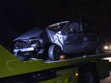 Vrachtwagen botst op auto die tegen boom crasht, bestuurder naar het ziekenhuis
