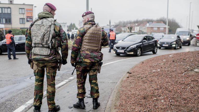 Militairen houden de wacht in de omgeving bij luchthaven Zaventem, een dag na de aanslagen in Brussel. Beeld ANP