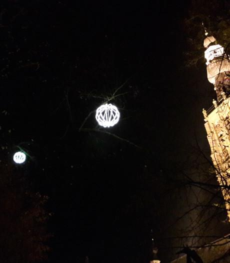 Sfeertje in Hilvarenbeek: de Vrijthof hangt weer onder de boomballen