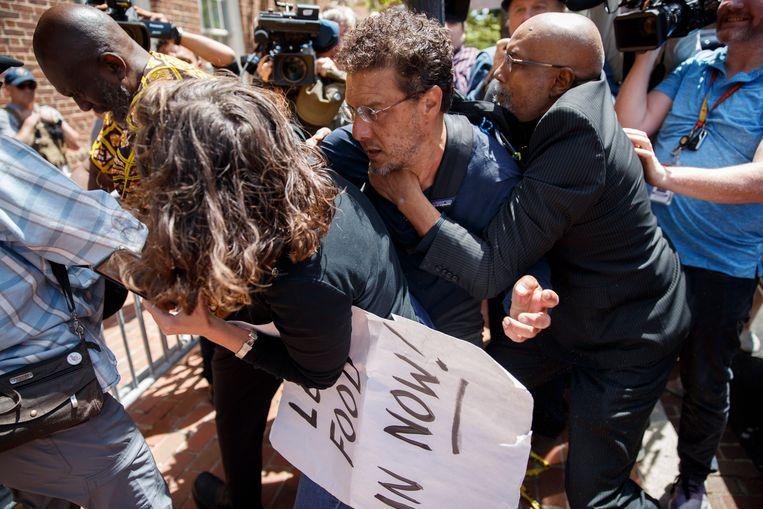 De Amerikaanse autoriteiten hebben de laatste betogers uit de Venezolaanse ambassade in Washington gehaald.