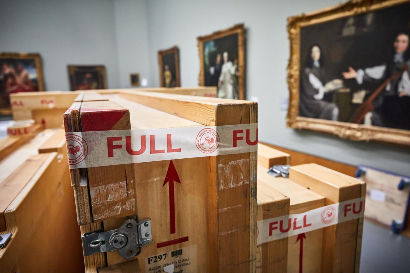 Ingepakte verhuiskisten staan klaar in een museumzaal.