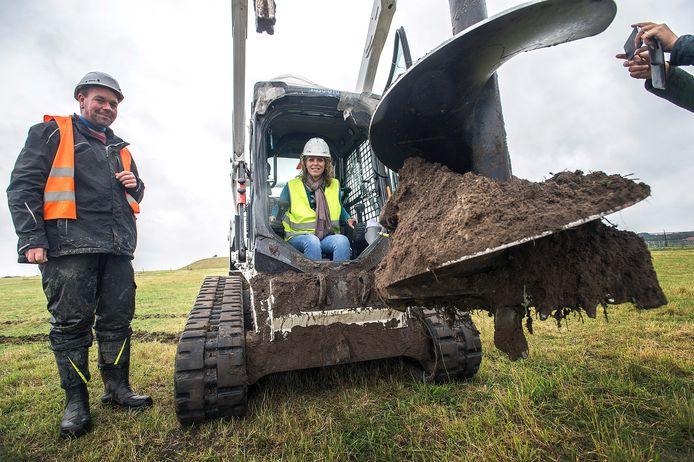 BREDA - Wethouder Greetje Bos heeft een gat geboord als symbolische openingshandeling voor de aanleg van zonnepark Bavelse Berg. Links staat instructeur Marcel.