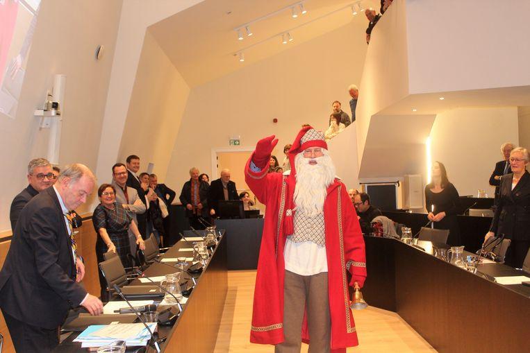 De kerstman viel onverwacht binnen aan het einde van de gemeenteraad.