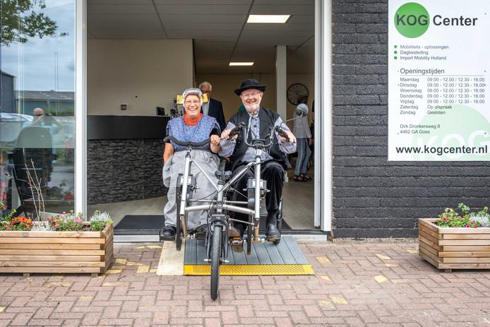 Leuntje en Merien maakten dinsdag het eerste rondje om de duofiets van SMWO in Goes.