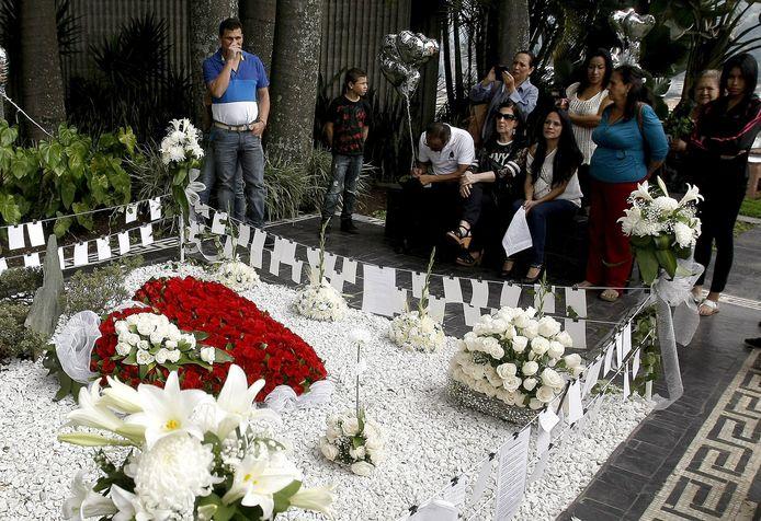 Mensen bij het graf van Pablo Escobar in Medellin, Colombia.