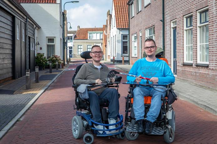 Joël (links) en Aron Beurkens houden een inzamelingsactie voor nieuwe sportrolstoelen.