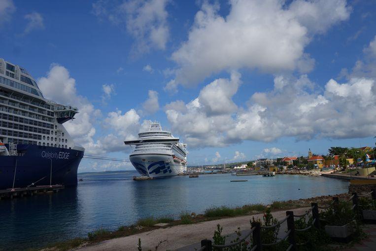 Afgemeerde cruiseschepen voor de kust van Bonaire, rechts Kralendijk.  Beeld