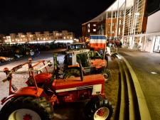 Protesterende boeren met tractoren op plein De Höfte in Goor