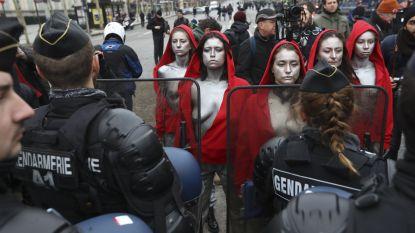Terwijl gele hesjes stenen gooien, krijgen tien blote borsten politie stil