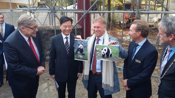 Eigenaar Marcel Boekhoorn van Ouwehands Dierenpark krijgt foto's van Wu Wen en Xing Yu.