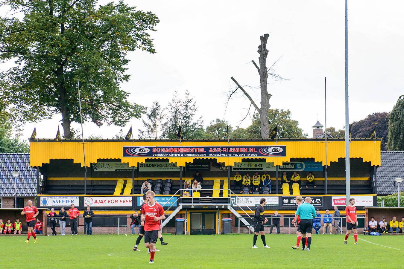 De tribune wordt bij herplaatsing op Het Opbroek geschilderd in de orginele kleuren groen-grijs. Het geel-zwart van Rijssen Vooruit verdwijnt.
