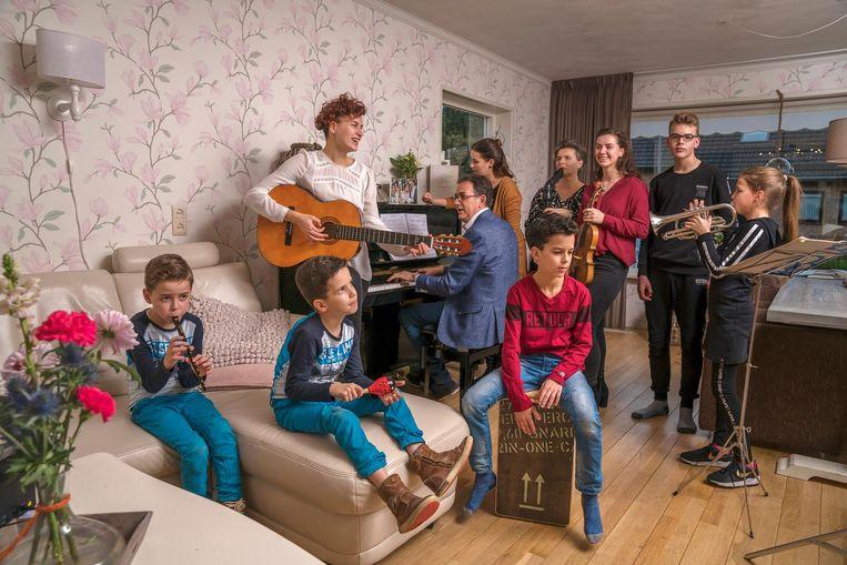 Meindert (49) en Janine (44) Hoefnagel-Koffeman zijn Christelijk Gereformeerd en hebben acht kinderen. Pia (22), Aniek (20), Emma (18), Jan (13), Niklas en Lisa (10) en Henrik en Marcus (7). Beeld null