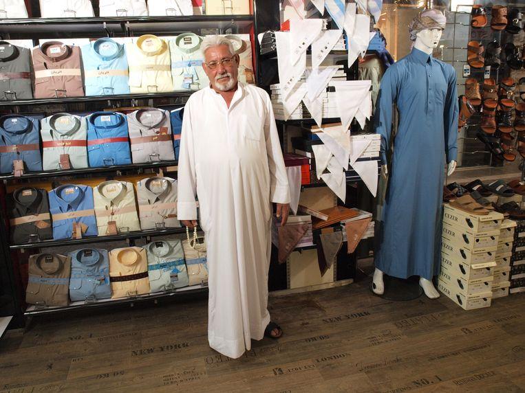 Shakar Shimmeri draagt altijd een witte dishdasha, de wijde variant. Beeld Judit Neurink