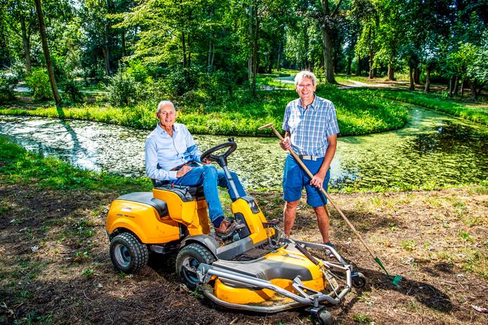 Bart Crouwers op de maaimachine en Tony Hardenberg: ,,De Overtuin is een parel voor heel Nederland.''