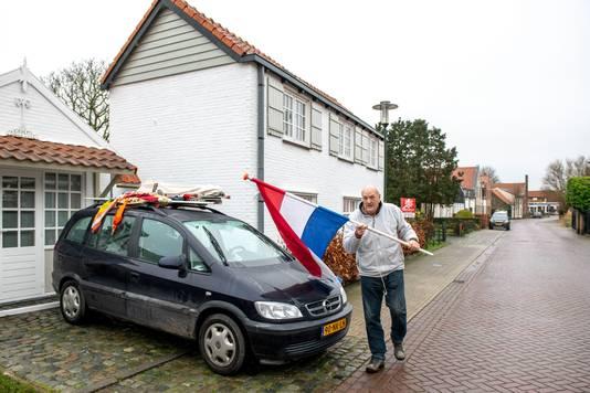 Ben Misilje haalt een huis van vrienden leeg. De Nederlandse vlag maakt plaats voor de Belgische driekleur.