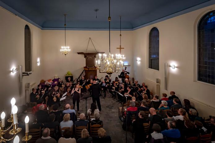 Het Protestantse kerkje was bewust gekozen vanwege de intieme entourage. Melodia speelt hier Concerto D-Dur pour Potsdam met begeleiding van dwasfluitiste Marije Weenink.