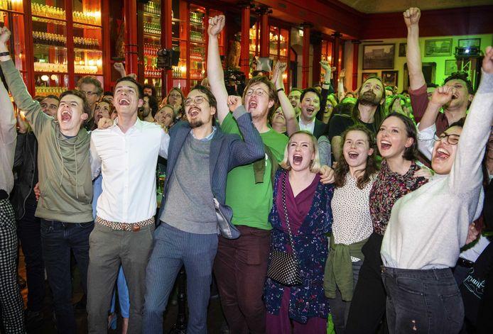 GroenLinksers juichen in de Winkel van Sinkel aan de Oudegracht als uit de eerste exitpolls blijkt dat de partij een klinkende overwinning gaat halen.