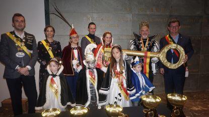 Carnavalsweekend van start: Prins Smurf en Prinses Lotje krijgen sleutel van het stadhuis