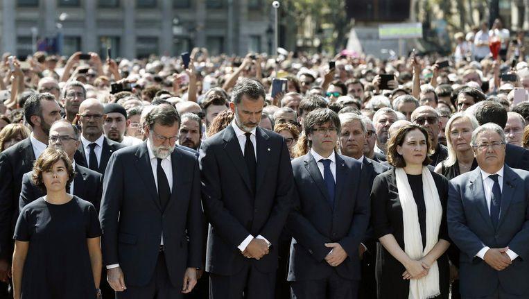 Duizenden mensen kwamen vanmiddag om twaalf uur bijeen op het Plaça de Catalunya in Barcelona om de slachtoffers te herdenken. Beeld epa