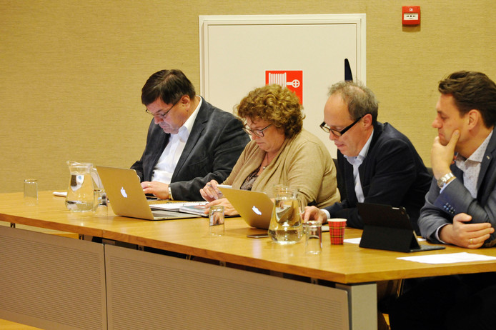 De demissionaire wethouders Alfons Steggink (links) en Ilse Duursma mochten zich dinsdagavond niet met de discussie bemoeien. Foto: Carlo ter Ellen
