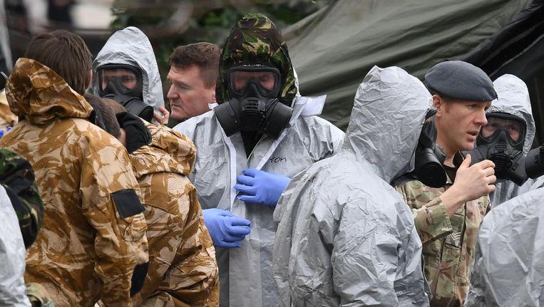 Britse militairen doen onderzoek in Salisbury. Beeld EPA