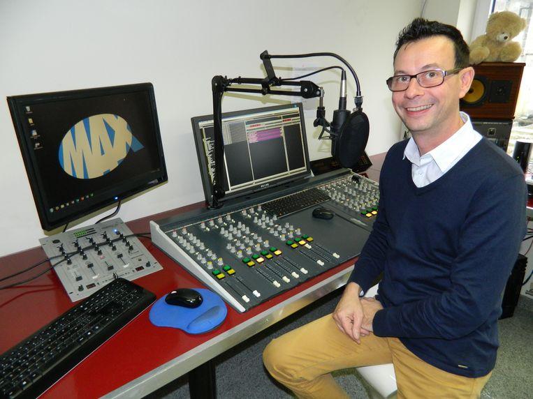 Wim Van Geert op een archiefbeeld in de studio van Radio MAX. Dat wordt nu KIX.