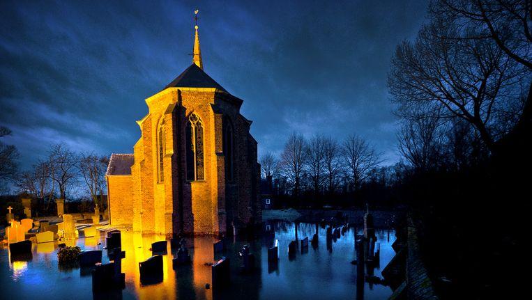 Hoogwater bij een kerk in Kekerdom bij Nijmegen. © ANP Beeld null