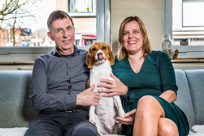 Beagle-hond Molly en zijn baasjes Cees Venderbos en Kristine Lambinon.