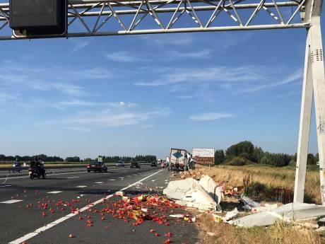 Vrachtwagen verliest lading op A28 bij Nijkerk: wegdek bezaaid met tomaten