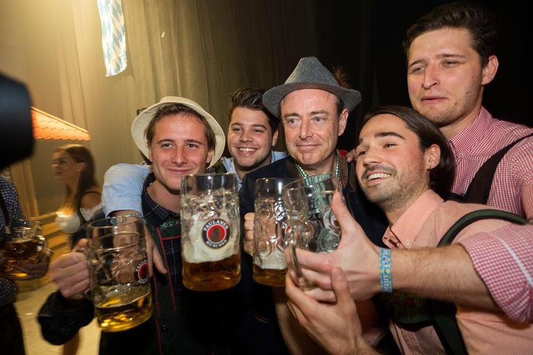 Bart De Wever sloeg zaterdagavond het eerste vat aan op de Oktoberfeesten in Antwerpen.