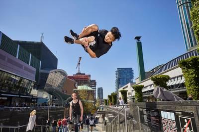 Rotterdamse skyline als klimrek: 'freerunnen geeft me een gevoel van vrijheid'