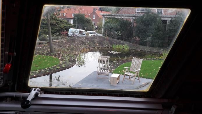 B&B in Fokker 27 in Hoogerheide, zicht op eigen terrasje vanuit de cockpit