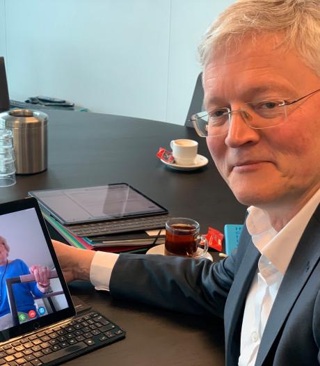 Burgemeester Weterings videobelt met Ans van der Drift (82): 'Ik ben écht blij met de tablet'