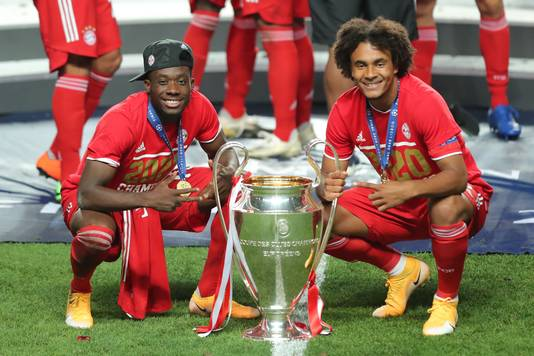 Alphonso Davies en Joshua Zirkzee na het winnen van de Champions League.