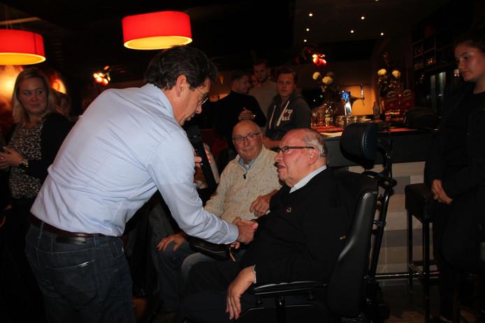Voorzitter Gerard ter Hedde speldde opa Henk Renssen maandagavond de zilveren clubspeld op die was bestemd voor kleinzoon Gillian.